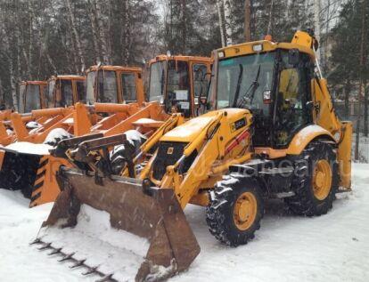 Уборка снега экскаватор-погрузчиком в Москве